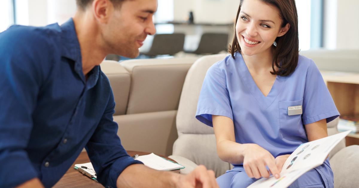 Dentista che consiglia una paziente