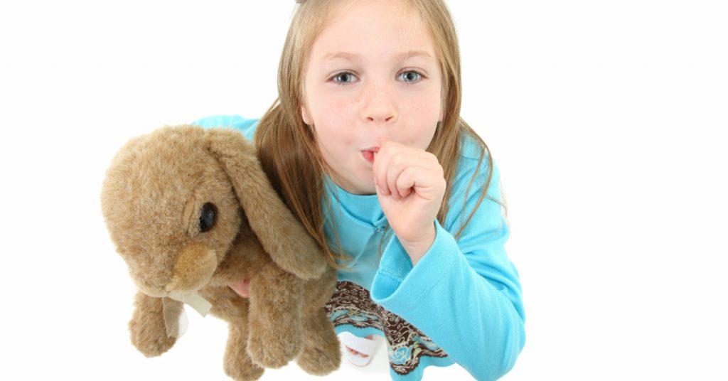 Bambina con pollice in bocca